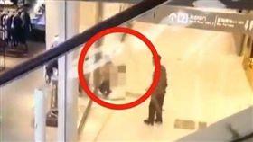 中國大陸,COCO Park購物中心,裸男撲倒非禮女顧客(圖/翻攝自微博)
