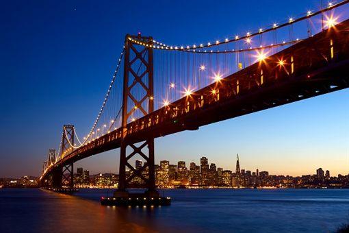 2舊金山-shutterstock_76265521(San Francisco skyline and Bay Bridge at sunset, California, USA).jpg
