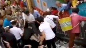 四川超市開幕促銷引發人踩人16傷。(圖/翻攝自微博)