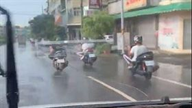 網友在爆廢公社PO文,納悶騎車這樣比較舒服嗎?(圖/翻攝自爆廢公社)
