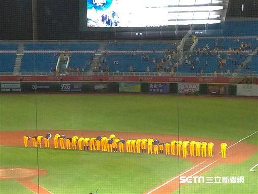 ▲中信兄弟逆轉勝後,賽後向外野球迷鞠躬。(圖/記者蕭保祥攝影)