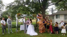 最狂伴娘是「牠」!絕種動物參加婚禮 比新娘搶眼眾人看傻(圖/翻攝自克莉斯汀納臉書)