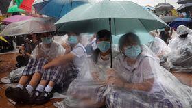 香港中學生發起罷課集會(3)香港反送中延燒,中學生2日在中環愛丁堡廣場發起罷課集會,因雨勢關係,學生們穿上雨衣參與行動。中央社記者吳家昇攝 108年9月2日