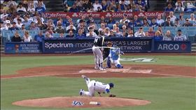 ▲柳賢振飆出三振沒踩穩糗跌倒。(圖/翻攝自MLB官網)