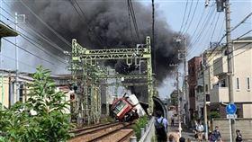 日本,電車,卡車,衝撞,意外,疑拋錨(圖/翻攝自推特/@yuyu038)