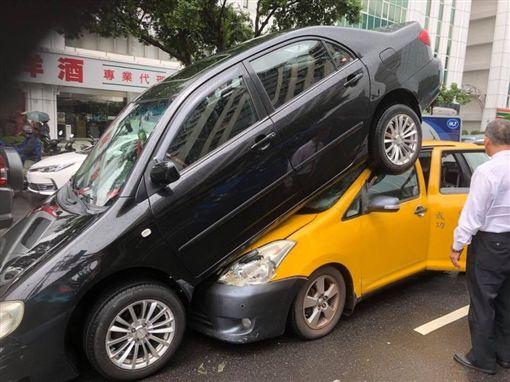 黑色豐田轎車倒車時騎上同樣是豐田的計程車(翻攝爆廢公社)