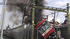 日本,電車,京急線,撞卡車,出軌,起火