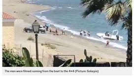 西班牙知名景點太陽海岸,發生一起走私運毒案件,一群毒販光天化日之下運毒,並威脅遊客不要報警。(圖/翻攝自Metro News)