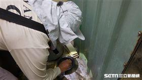 疾管署防疫人員於台南市安南區執行孳生源查核。(圖/疾管署提供)