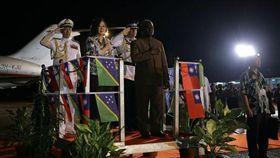 2017年11月總統蔡英文抵達索羅門群島,蘇嘉瓦瑞總理(Manasseh Sogavare)陪同登上受禮台,接受致敬(圖/翻攝自總統府官網)