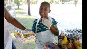 美國男孩花光積蓄買物資和熱狗,送給多利安颶風影響的人民們。(圖/翻攝自Daniel Latimer臉書)