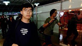 黃之鋒離台  指香港抗議活動會獲得全球支持香港眾志秘書長黃之鋒(左)5日晚間搭機離台,他指出,相信在9月底的抗議活動中,會得到香港、台灣還有世界不同地方的人支持。中央社記者邱俊欽桃園機場攝  108年9月5日