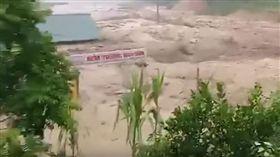越南暴雨。(圖/翻攝自Đài PTTH Thanh Hoá YouTube)