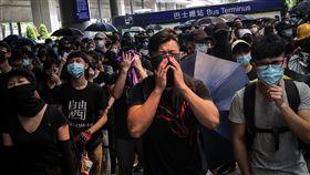 聚集機場巴士總站 反送中示威者表達訴求反對修訂逃犯條例網民呼籲其他人於1日下午1時參加「機場交通壓力測試」行動,許多民眾響應並在機場巴士總站聚集,參與行動的人說,到機場是要向外國旅客及外地媒體表達訴求。中央社記者吳家昇攝 108年9月1日