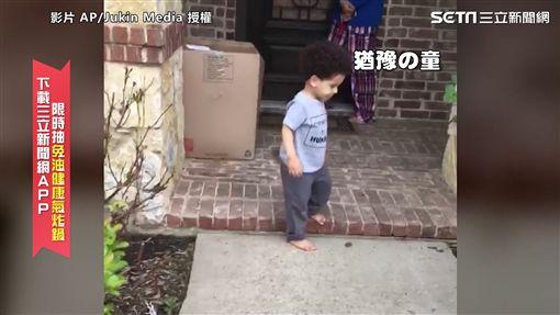 ▲拜訪完自己的孫子阿嬤準備離開,只不過小孫子似乎不想她離開。(圖/AP/Jukin Media 授權)