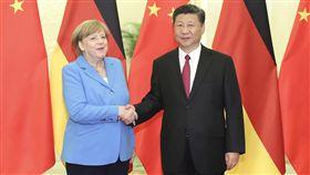 劉霞重獲自由 德國鍥而不捨功不可沒諾貝爾和平獎得主劉曉波遺孀劉霞獲釋前往德國,德方的鍥而不捨功不可沒。圖為中國國家主席習近平5月24日,在北京人民大會堂與德國總理梅克爾舉行會晤。(中新社提供)中央社 107年7月22日