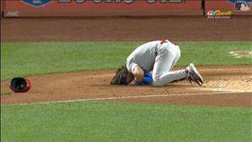 ▲哈波(Bryce Harper)右手中彈痛到趴在地上。(圖/翻攝自MLB官網)