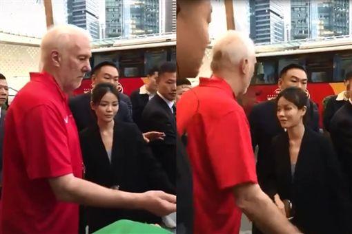 波波教練怒了!中國球迷失控插隊 他丟筆轉身走人:不簽了 圖翻攝自微博