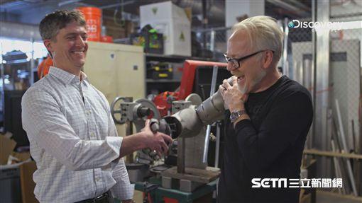 Discovery頻道《亞當的超狂工作室》展現超狂工業實力,用3D列印拼250片鈦金屬組「鋼鐵衣」,不僅防彈、防炸,還可一飛衝天 圖/Discovery提供