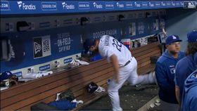 ▲柯蕭(Clayton Kershaw)4局挨轟失3分,本季首度投不滿5局,下場怒踹冰桶。(圖/翻攝自MLB官網)