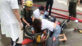 女騎車外套反穿 手臂遭「扭成麻花」(圖/翻攝自廣州日報)