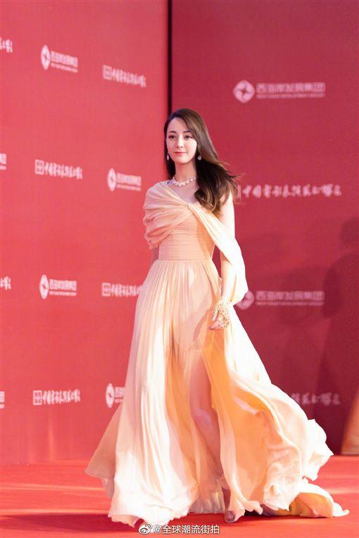 迪麗熱巴7日現身青島「第17屆電影表演藝術學會獎頒獎典禮」,榮獲「金鳳凰新人獎」的她特地盛裝出席。微博