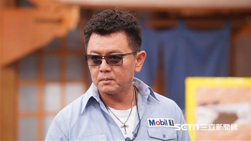 主持人庹宗康與來賓林曜晟、劉璇、關關合照康哥試戴新款潮流墨鏡。劉璇試戴墨鏡讓康哥都說好看。