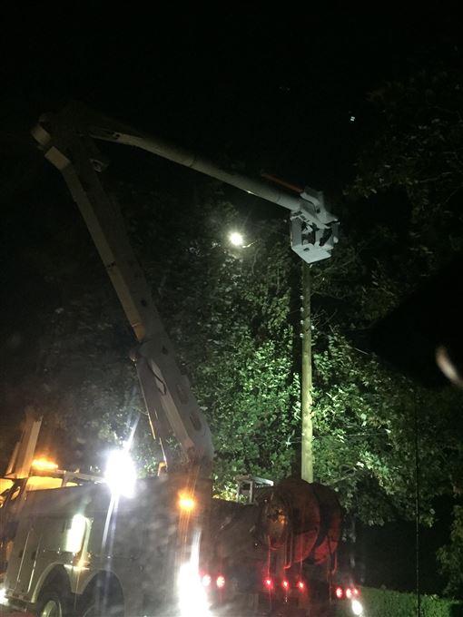 風暴多利安(Dorian)襲擊加拿大大西洋沿岸地區,吹倒樹木、造成逾37萬人沒電可用,諾瓦斯科細亞省首府哈利法克斯(Halifax)市區一個建築起重機也被吹翻。(圖/翻攝自推特)