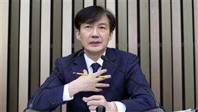 南韓法務部長候選人曹國在韓國首爾國民議會回答記者提問。(圖/美聯社)