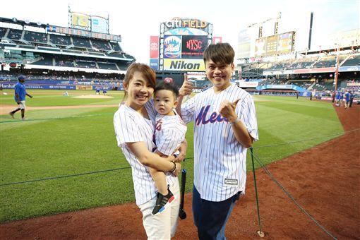蔡阿嘎、蔡桃貴美國紐約大都會開球圖翻攝自蔡阿嘎臉書