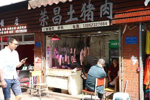 中國豬價翻倍漲 民眾對非洲豬瘟終有感(2)中國豬肉價格在今年3月份短短一個月內漲了20%後,就此奏響「漲聲」序曲。上海豬肉業者表示,目前拿到的批發價相較2018年同期已經漲了超過一倍。圖為4月於重慶拍攝的一家豬肉攤。中央社記者陳家倫上海攝 108年9月8日
