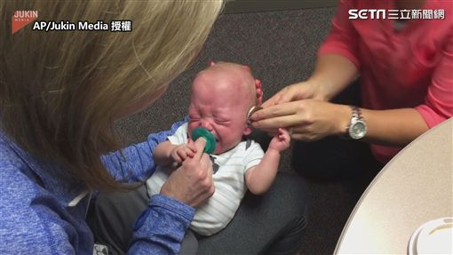 ▲寶寶剛戴上助聽器時放聲大哭。(圖/AP/Jukin Media 授權)