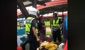 韓粉攤商遭警取締違法擺攤,竟隨手拿出刀子威脅。(圖/翻攝自公民割草行動臉書)