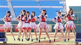 AKB48 Team TP「孩之寶」趴唱進桃園棒球場。(圖/Lamigo提供)