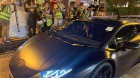 郭富城今(8號)無預警開著黑色藍寶堅尼、現身香港銅鑼灣鬧區。(圖/翻攝自微博)
