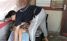 網戀7個月!見面前夕女友癱瘓…他照顧3年:許她盛大婚禮(圖/翻攝自Viral Press YouTube)