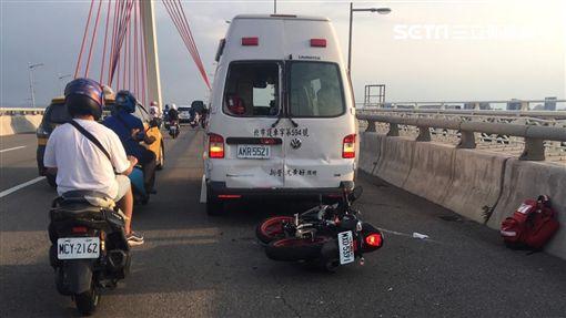 台北市大直橋救護車遭追撞現場(讀者提供)