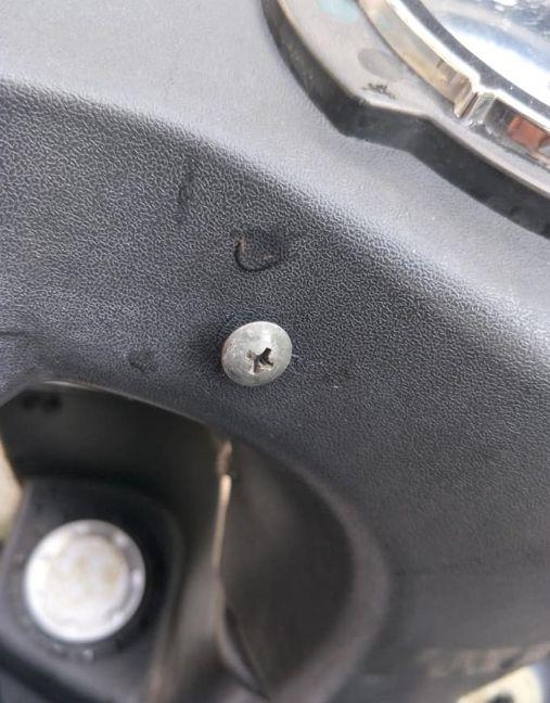機車莫名被鎖「神秘螺絲釘」(圖/翻攝自爆怨公社臉書)