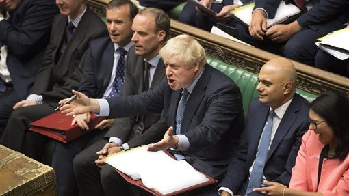 英國國會9日表決通過,要求首相強生(前右3)公布一份機密文件,內容是評估英國無協議脫歐所將造成的衝擊。(圖取自facebook.com/ukparliament)
