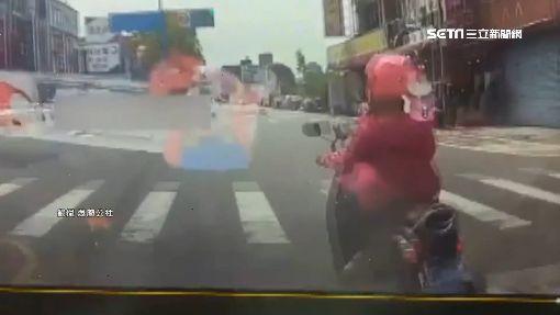 女騎士路口「踩雙白線急轉」 下一秒…被撞飛