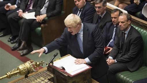 英國首相強生(前)9日預料將再次對國會提議提前大選,但取得2/3支持門檻的闖關機率渺茫。(圖取自facebook.com/ukparliament)