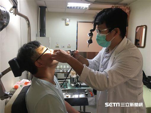 吳昭寬醫師為病人檢查示意圖。(圖非新聞當事人/南投醫院提供)