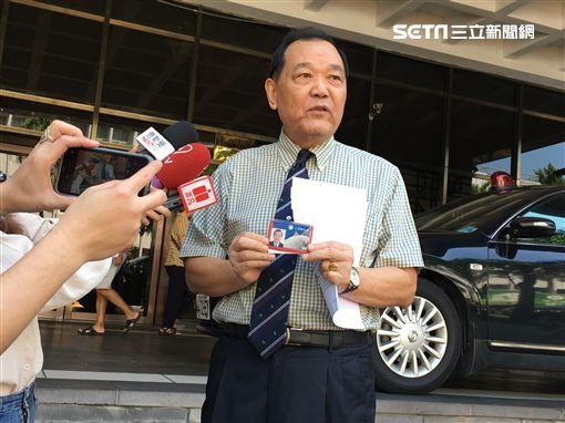 國民黨籍律師林憲同,赴台北地方法院自訴對郭台銘提告詐欺、背信,並求償100億元。(圖/記者楊佩琪攝)