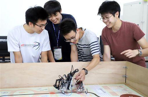 台灣科技大學與日本東京工業大學學生合作,設計並製作能自動行走的雙足機器人,機器人需依指定路線推著推車前進,完成模擬送貨的挑戰。(台科大提供)中央社記者許秩維傳真 108年9月10日