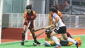 2019年U21女子亞洲盃曲棍球錦標賽開打,中華台北女子曲棍球年輕小將首役旗開得勝,圖為中華台北選手突破對手斯里蘭卡防守,積極搶攻。中央社記者黃自強新加坡攝 108年9月9日
