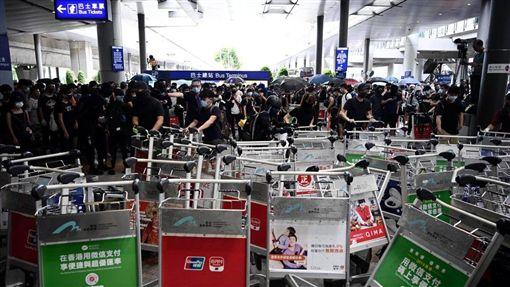 反送中/港人湧入機場癱瘓交通 築路障抗警:不怕被抓!圖/翻攝自立場新聞
