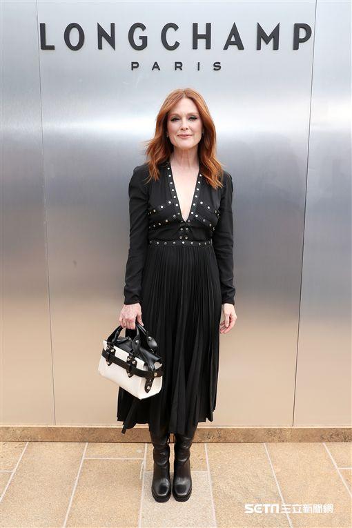 影后茱莉安摩爾以黑色波西米亞風格洋裝造型,現身Longchamp的2020春夏時尚大秀