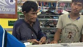 老父存錢替兒買鞋 結帳掏鞋盒數硬幣…網淚:偉大的父親(圖/翻攝自Philippine trends and news臉書)
