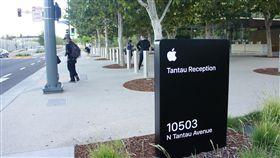 蘋果總部成拍照聖地蘋果公司(Apple)將於美西時間9月10日舉行新品發表會,不少遊客在蘋果總部Apple Park門口外拍照留念。中央社記者吳家豪舊金山攝 108年9月10日