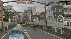 高姓婦人騎車行經永福橋下,被不明私接的電線勾到,慘遭後方汽車撞上,傷重不治死亡。(圖/翻攝自Google Map)